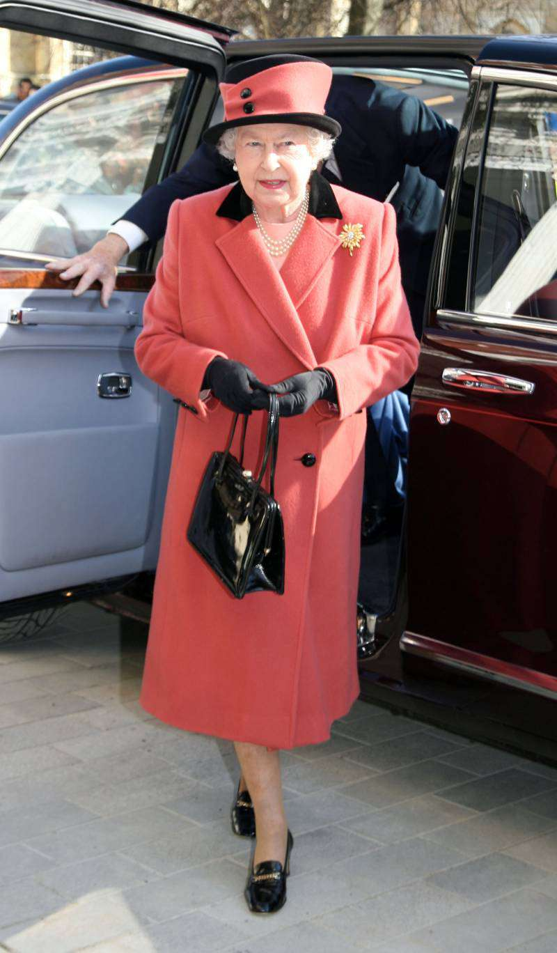 Sich selbst verraten? Meghan Markle erschien in Kleidung von Victoria Beckhams, obwohl sie mal sagte, dass sie nicht zu ihr passen würdenQueen Elizabeth ll arrives by car at the Theatre Royal to mark its 200th anniversary on March 8, 2007 in Brighton