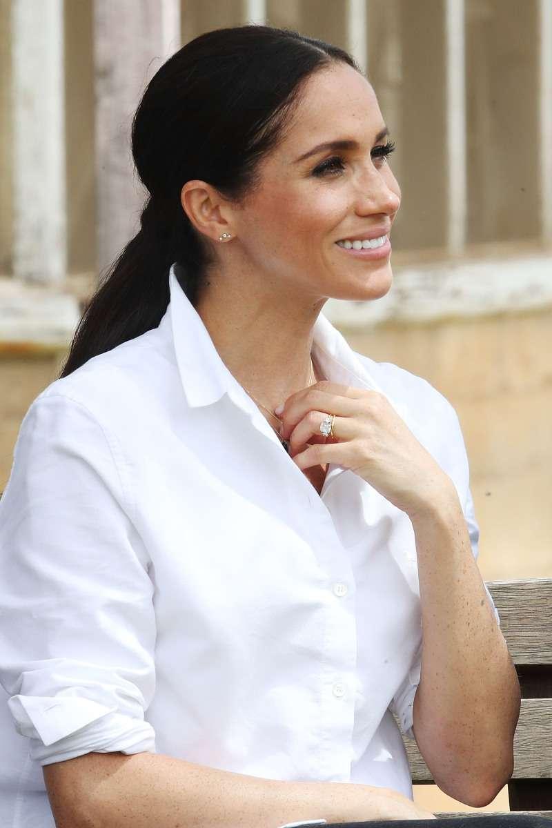 ¿Cómo lucirá el bebé Sussex en el futuro? Fotos de los hijos de una doble de Meghan dan una ideaMeghan Markle holding umbrella for Prince Harry