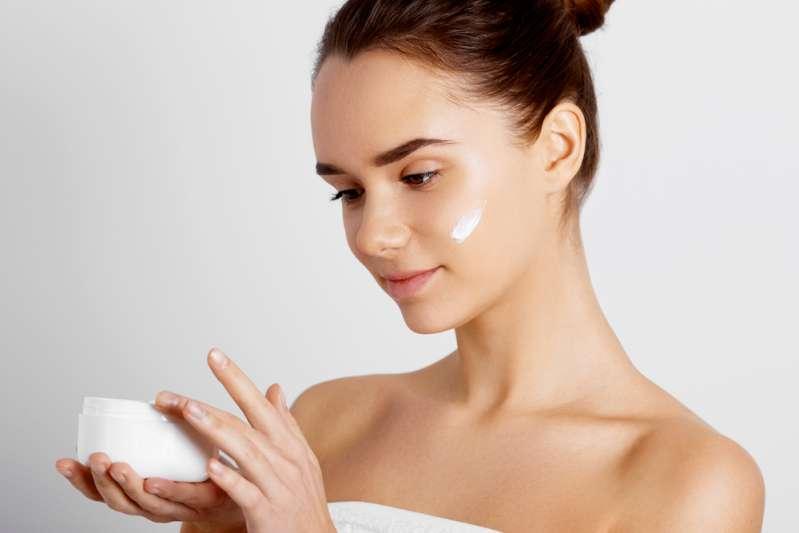 Avoir une peau lisse au réveil : comment éviter les rides du matin