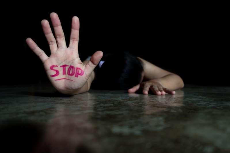 Niemand verdient es, Opfer von häuslicher Gewalt zu werden. Informiere dich über die Anzeichen für eine Misshandlung, um häusliche Gewalt zu verhindern