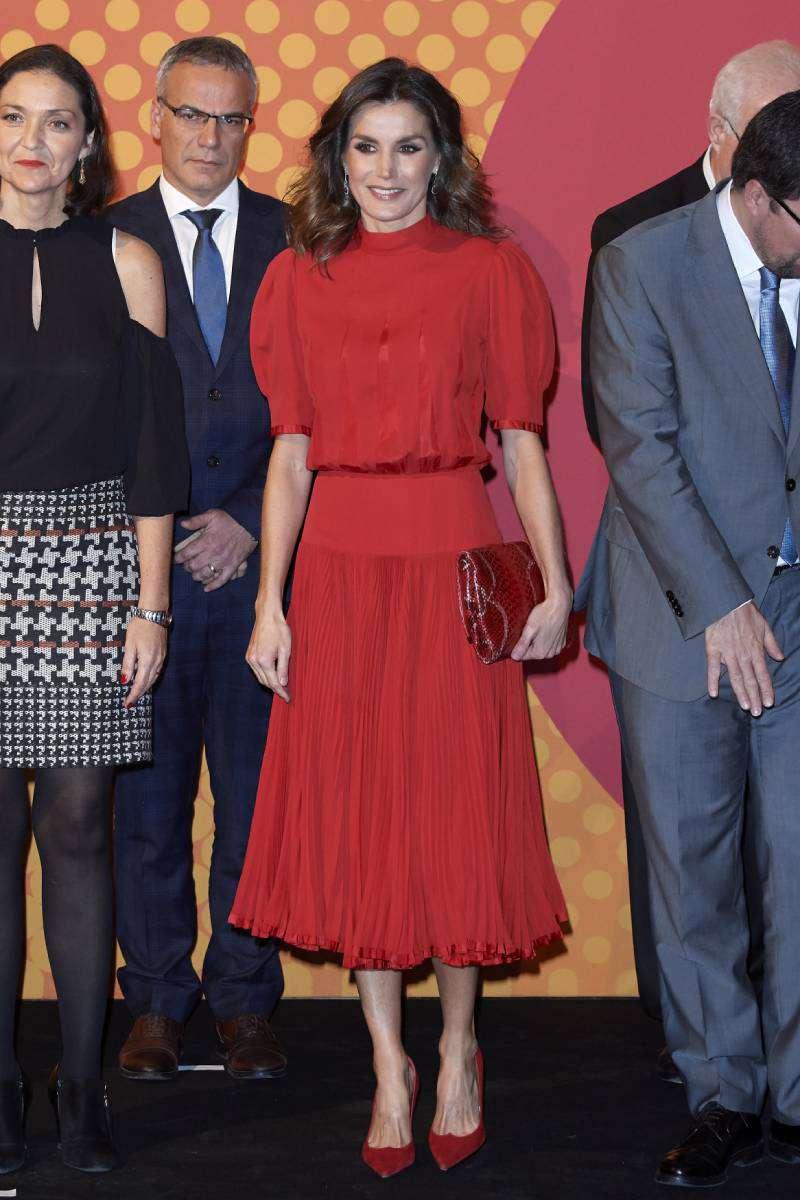Ausgeliehen von der Schwiegermutter? Königin Letizia wurde in einem ähnlichen Kleid gesichtet, welches schon Königin Sofia im Jahre 1980 getragen hatteQueen Letizia of Spain attends the National Fashion awards at Museo del Traje on December 19, 2018 in Madrid, Spain
