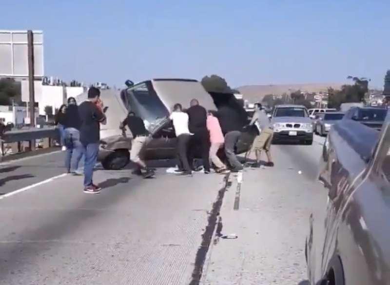Presenciaron un accidente de tránsito y terminaron por voltear una camioneta para ayudar a las víctimasPresenciaron un accidente de tránsito y terminaron por voltear una camioneta para ayudar a las víctimasPresenciaron un accidente de tránsito y terminaron por voltear una camioneta para ayudar a las víctimasPresenciaron un accidente de tránsito y terminaron por voltear una camioneta para ayudar a las víctimasPresenciaron un accidente de tránsito y terminaron por voltear una camioneta para ayudar a las víctimas