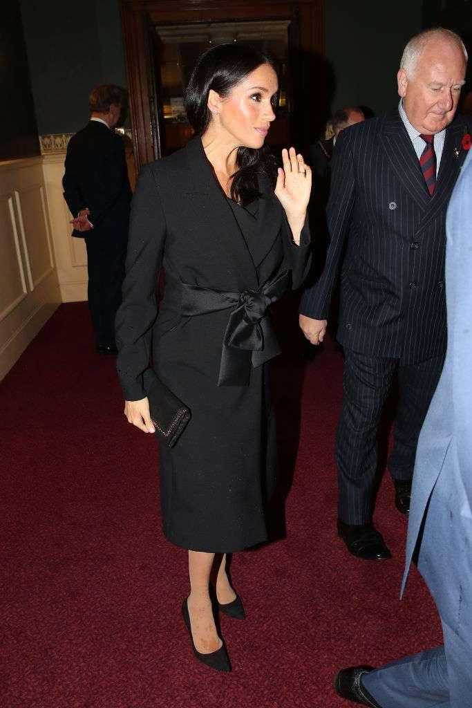 Meghan Markle mostra sua crescente barriguinha de grávida em um exclusivo casaco da grife Stella McCartney