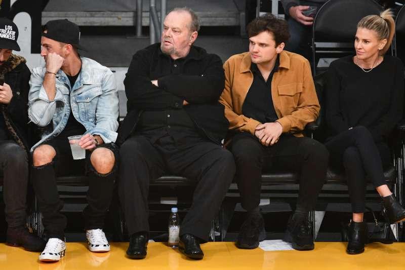 Rare sortie père-fils, Jack Nicholson a été aperçu avec son fils Ray âgé de 26 ans. Il est plutôt beau garçonjack nicholson catches lakers game with son ray