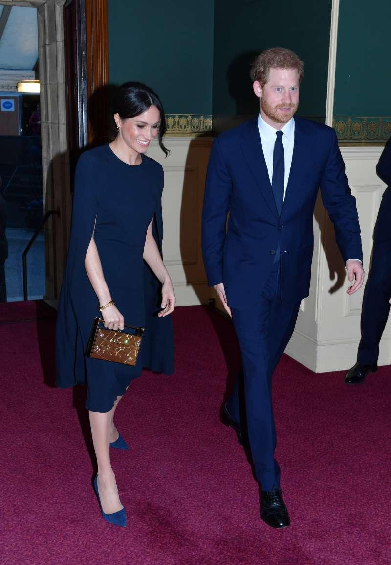 Meghan Markle remet sa somptueuse robe préférée, prouvant ainsi que le bleu marine est réellement sa couleur