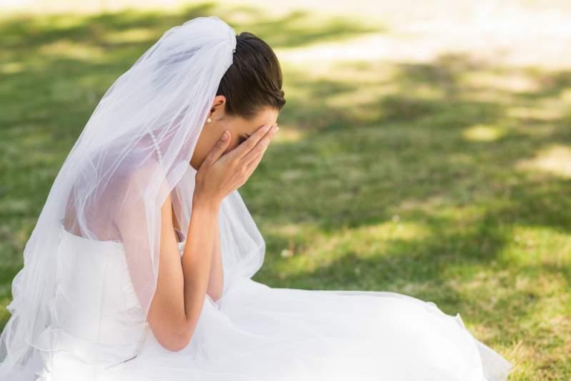 Bräutigams Mutter verschickt Hochzeitseinladungen - Nennt Sohn darin 'perfekt', die Verlobte 'Flittchen'