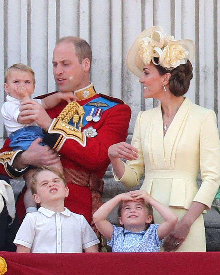 Der Sohn seines Vaters! Prinz Louis versucht, sich in Trooping The Colour den Armen seines Vaters anzuschließen. er ist süß!