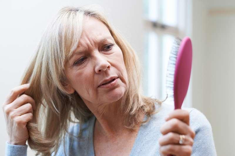Même les cheveux vieillissent : comment les hormones et maladies utérines affectent les cheveux après 40 ans