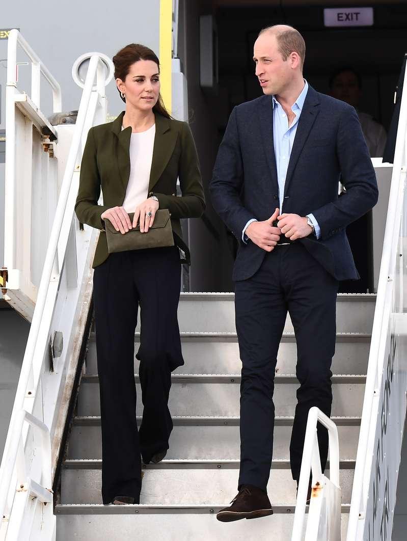Kate Middleton allie rigueur et élégance avec cet ensemble kaki lors de son arrivée à Chypre