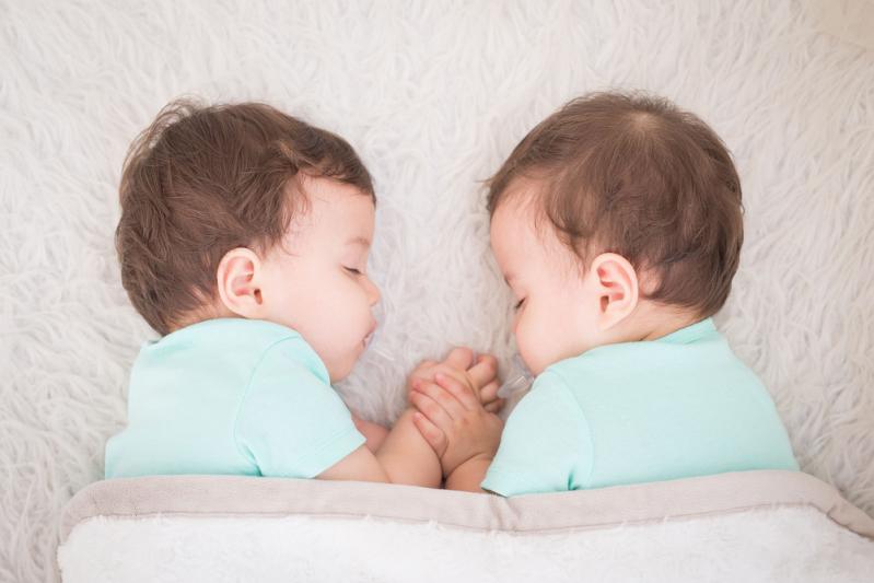 Il test del DNA svela l'infedeltà della moglie: uomo scopre che i suoi gemelli hanno due padri diversi