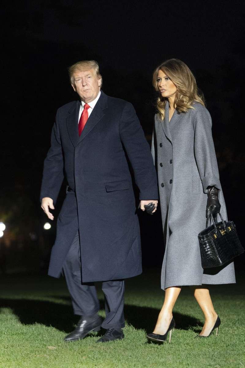 И снова оверсайз! Мелания Трамп вышла в свет в оригинальном пальто с геометрическим принтомИ снова оверсайз! Мелания Трамп вышла в свет в оригинальном пальто с геометрическим принтомИ снова оверсайз! Мелания Трамп вышла в свет в оригинальном пальто с геометрическим принтомmelania trump coat
