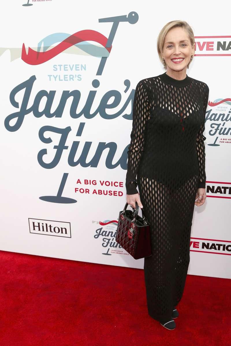 À 60 ans, Sharon Stone affiche sa silhouette éternellement jeune dans une robe très transparente