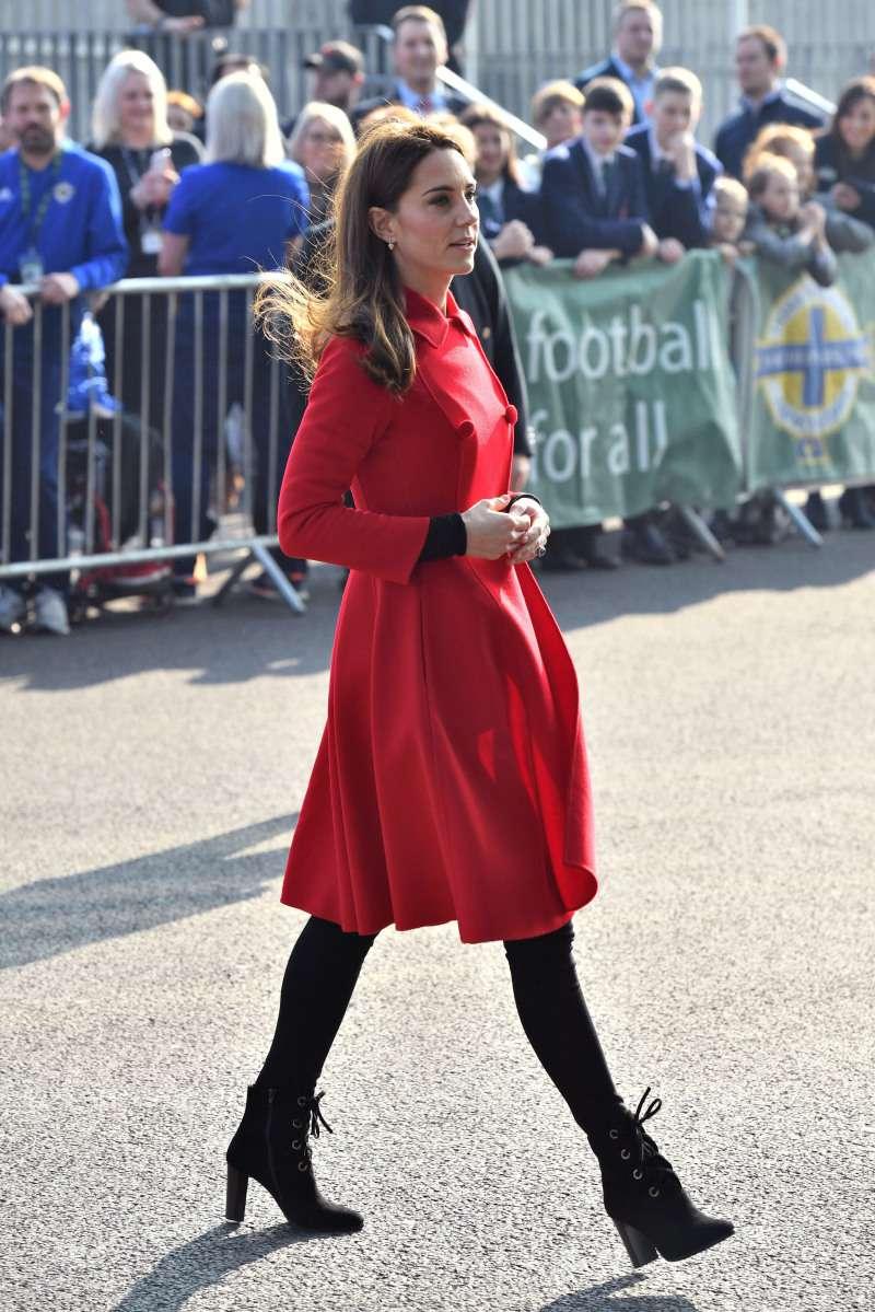 Kate Middleton dans une robe blanche et dorée des plus décolletées était un plaisir absolu pour les yeux