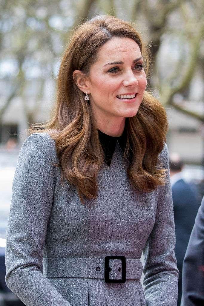 En mars les photos indiscrètes des paparazzi mettent en lumière les rides de Kate. En mai plus aucune trace !