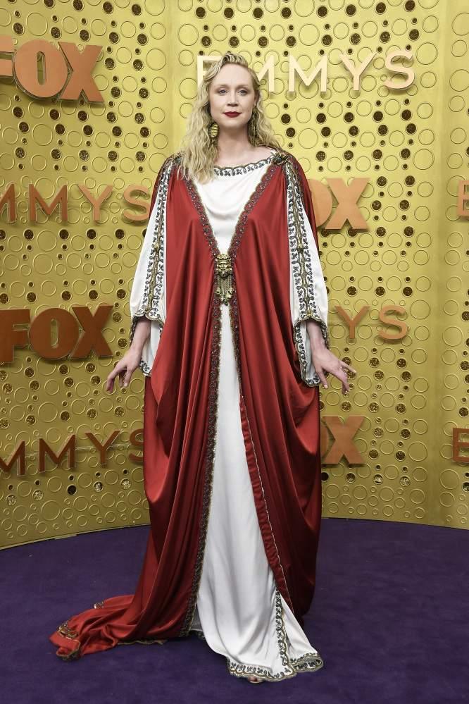 Vestida de Jesús, Gwendoline Christie se robó el centro de atención con su excéntrico atuendo en los Emmys 2019