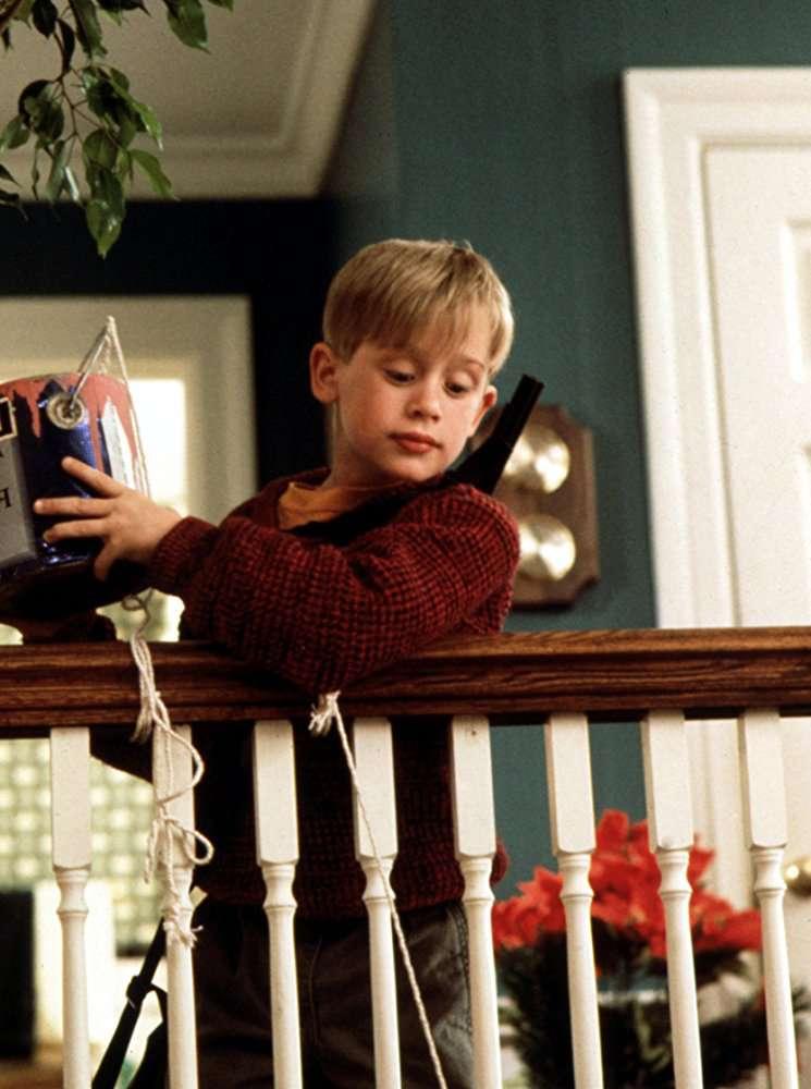"""Der 38-jährige Macaulay Culkin ist als Erwachsener Kevin in dem großartigen """"Home Alone"""" Google-Home-Werbespot zurück"""