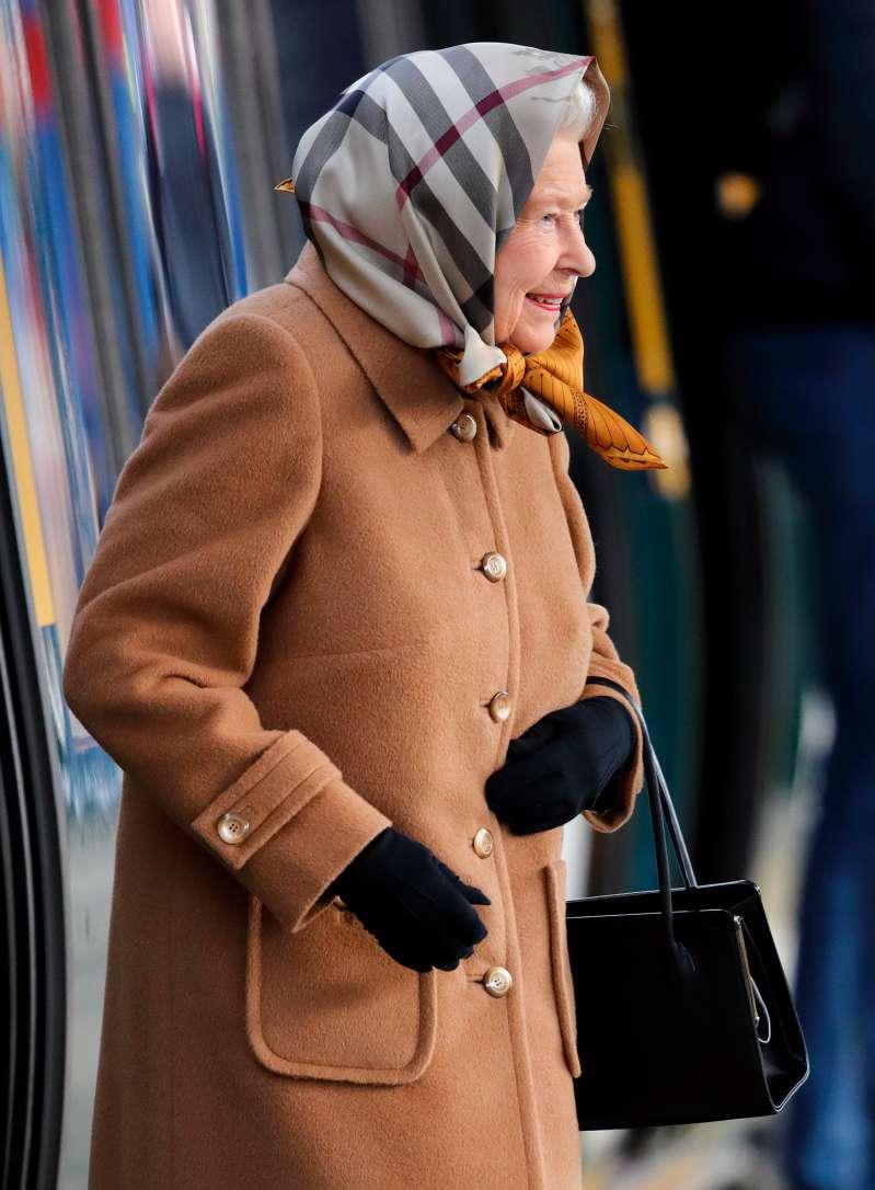 Weihnachten ist da! Die Königin ist in Sandringham angekommen und trägt ihr elegantestes Outfit